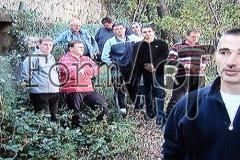 Komolčani ispred skloništa kojim su se koristili nakon napada JNA s okolnih brda