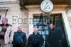 Dio djelatnika Lučke kapetanije iz vremena Domovinskog rata pred ulazom u zgradu 2011. godine.
