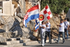 Barjaci u Staroj Mokošici kod spomen ploče palim braniteljma. (foto: Borko Gunjača)