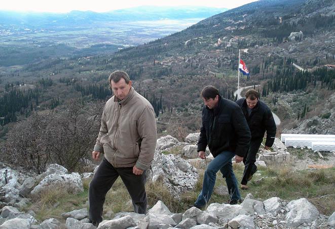 Šakić, Miloslavić i Zvono penju se na Svetu Barbaru, u pozadini Konavosko polje