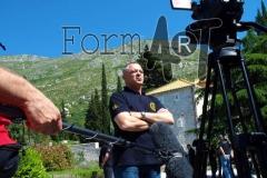 Mladen Gojun, prvi zapovjednik SJP Dubrovnik ispred zgrade u kojoj je bila baza ove jedinice, s pogledom na vrhove brda koji su od početka napada bila u rukama JNA