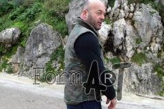 Dinko Tomić pokazuje prsluk u kojem je bio ranjen, probušen gelerima minobacačke granate